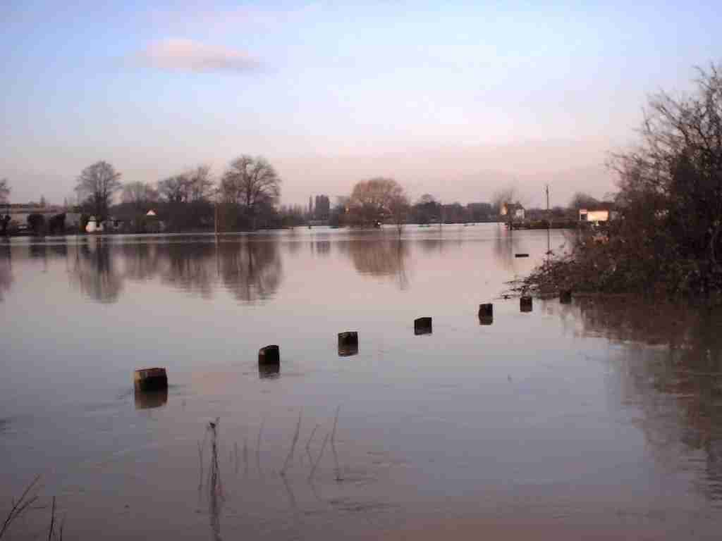 flooded chertsey meads 2002-2003